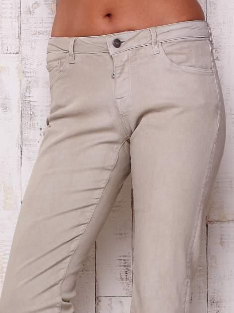 Beżowe spodnie o prostym kroju                                  zdj.                                  4