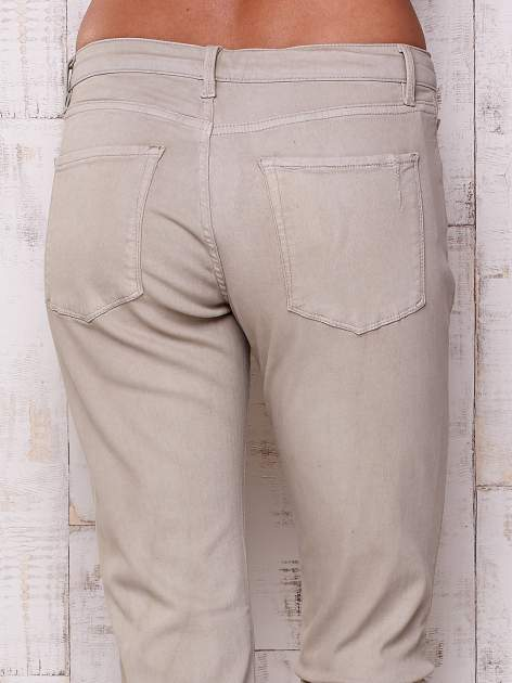 Beżowe spodnie o prostym kroju                                  zdj.                                  5