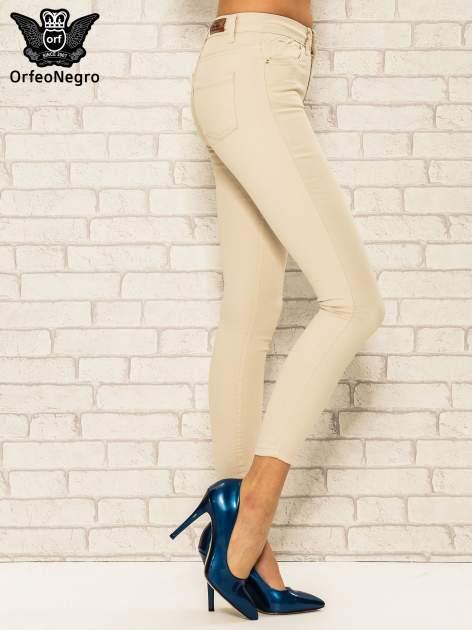 Beżowe spodnie rurki skinny z kieszeniami                                  zdj.                                  3