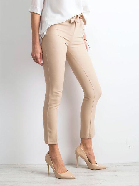 Beżowe spodnie z wiązaniem                              zdj.                              3