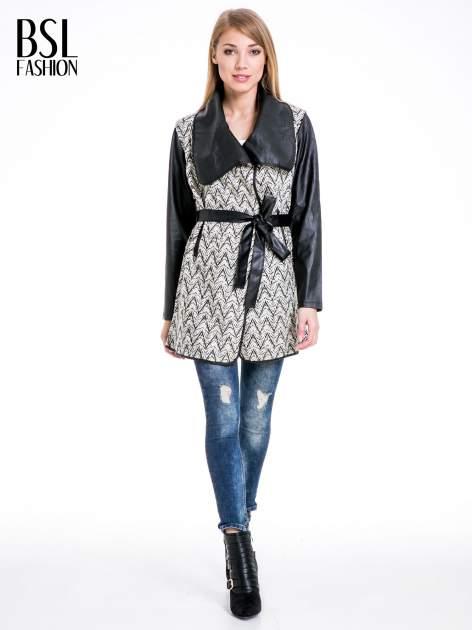 Beżowo-czarny wzorzysty wełniany płaszcz ze skórzanymi rękawami                                  zdj.                                  2