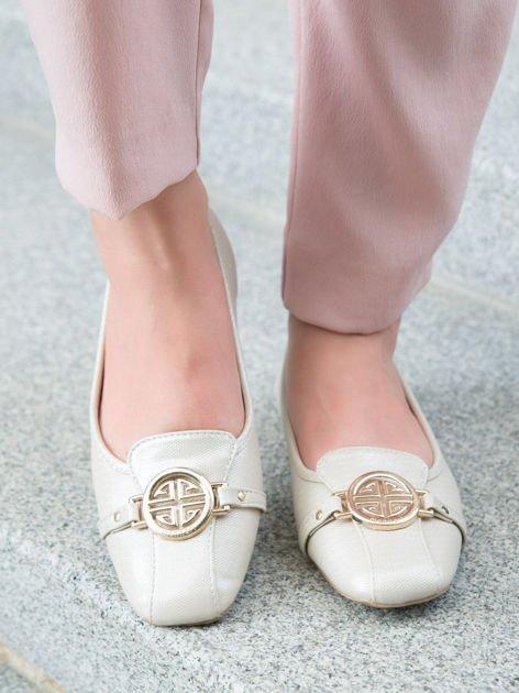 Beżowo-perłowe tłoczone baleriny Monnari z ozdobną złotą przypinką                              zdj.                              2