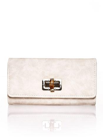 Beżowy fakturowany portfel ze stylizowanym zapięciem                                   zdj.                                  1