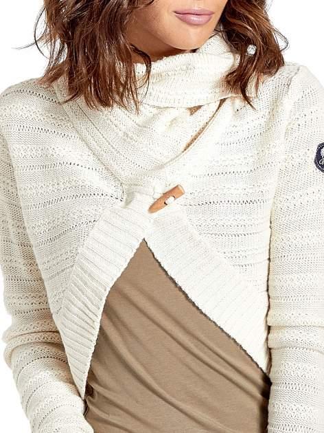 Beżowy krótki sweter narzutka z kołnierzem                                  zdj.                                  7