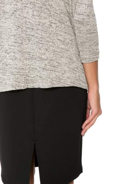Beżowy melanżowy sweter oversize o obniżonej linii ramion                                  zdj.                                  11