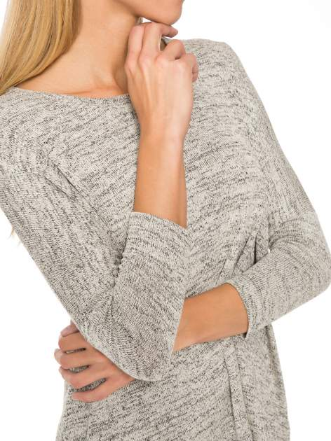 Beżowy melanżowy sweter oversize o obniżonej linii ramion                                  zdj.                                  6