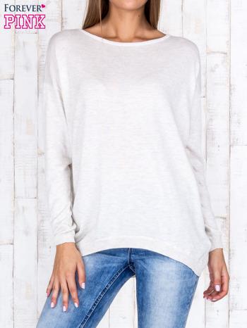 Beżowy nietoperzowy sweter oversize z dłuższym tyłem