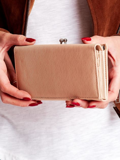 548630a103209 Beżowy portfel damski z zapięciem na zatrzask - Akcesoria portfele ...