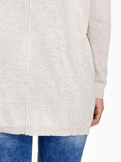 Beżowy sweter V-neck z rozporkami                                  zdj.                                  7