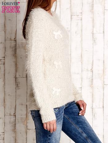 Beżowy sweter long hair z kokardkami                                  zdj.                                  3
