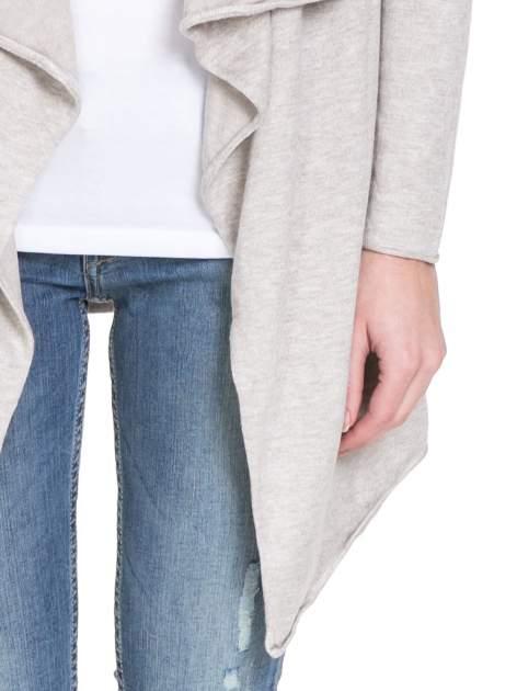 Beżowy sweter narzutka o kroju waterfall                                  zdj.                                  6