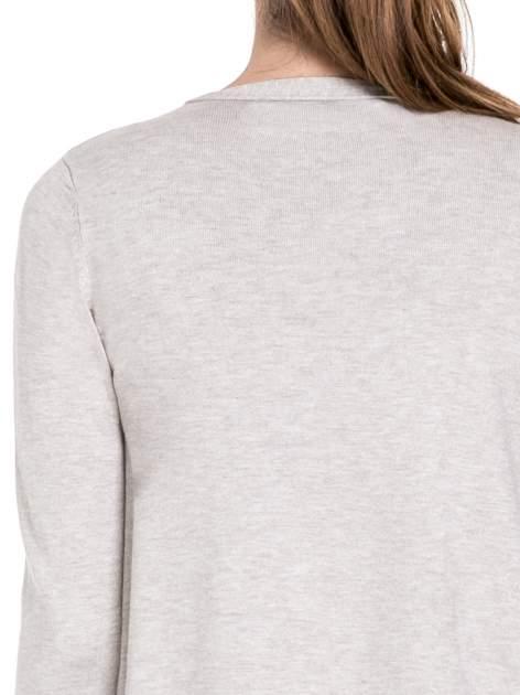Beżowy sweter narzutka o kroju waterfall                                  zdj.                                  7