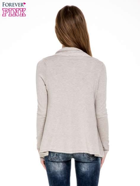 Beżowy sweter narzutka z kaskadowymi bokami                                  zdj.                                  4