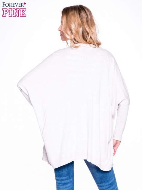 Beżowy sweter typu nietoperz zapinany na guzik                                  zdj.                                  3