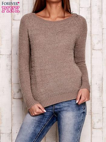 Beżowy sweter z dekoltem w łódkę                                  zdj.                                  1