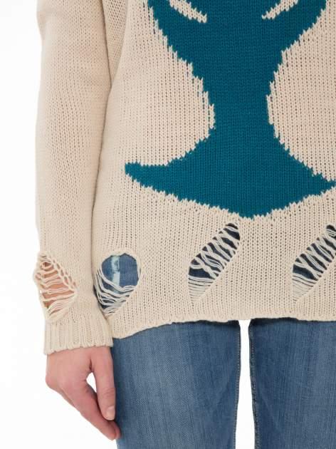 Beżowy sweter z jelonkiem i efektem destroyed                                  zdj.                                  6