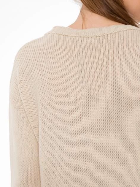 Beżowy sweter z jelonkiem i efektem destroyed                                  zdj.                                  8