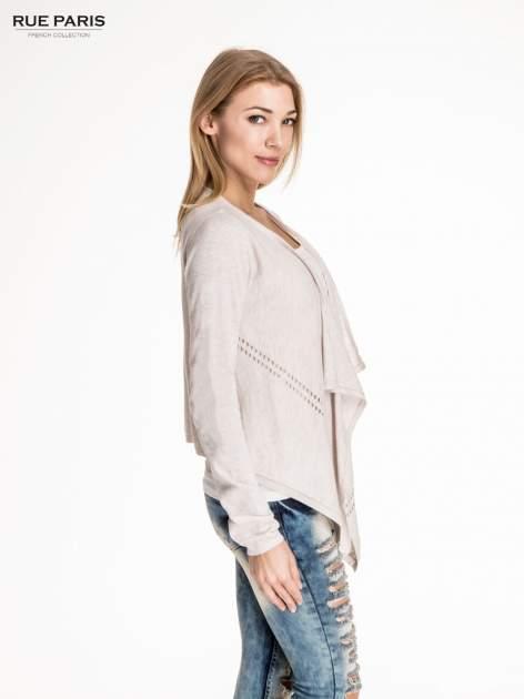 Beżowy sweter z kaskadowymi bokami i oczkami                                  zdj.                                  3