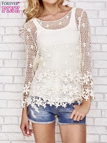 Beżowy szydełkowy sweterek z rozszerzanymi rękawami