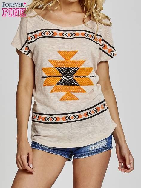 Beżowy t-shirt we wzory azteckie z dżetami                                  zdj.                                  1