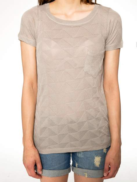 Beżowy t-shirt z ażurowymi przeszyciami i kieszonką                                  zdj.                                  8
