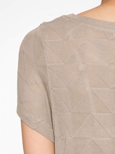 Beżowy t-shirt z ażurowymi przeszyciami i kieszonką                                  zdj.                                  10