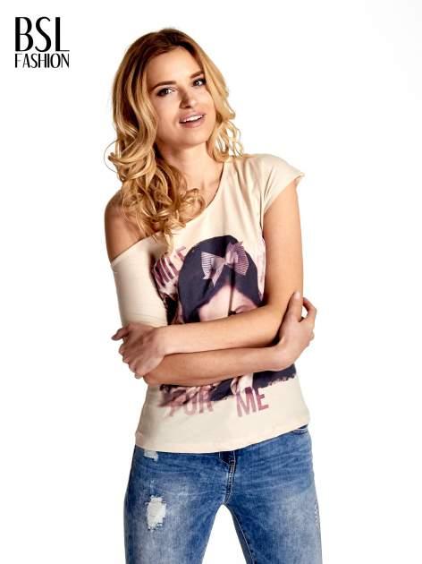 Beżowy t-shirt z nadrukiem SMILE FOR ME                                  zdj.                                  1