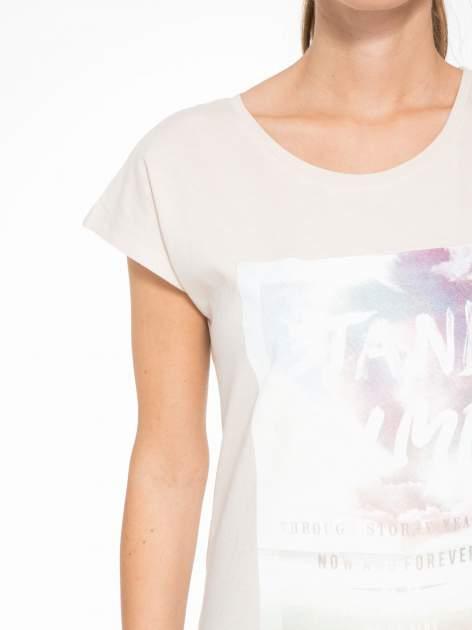 Beżowy t-shirt z napisem STAND BY ME                                  zdj.                                  5