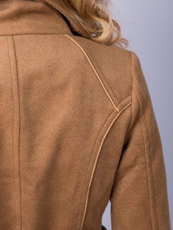 Beżowy wełniany płaszcz ze skórzanym paskiem                                  zdj.                                  7