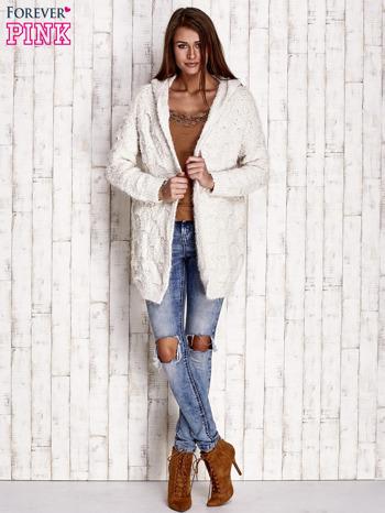 Beżowy włochaty sweter z kapturem                                  zdj.                                  4
