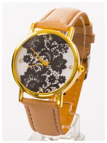 Beżowy zegarek damski na skórzanym pasku z motywem koronki