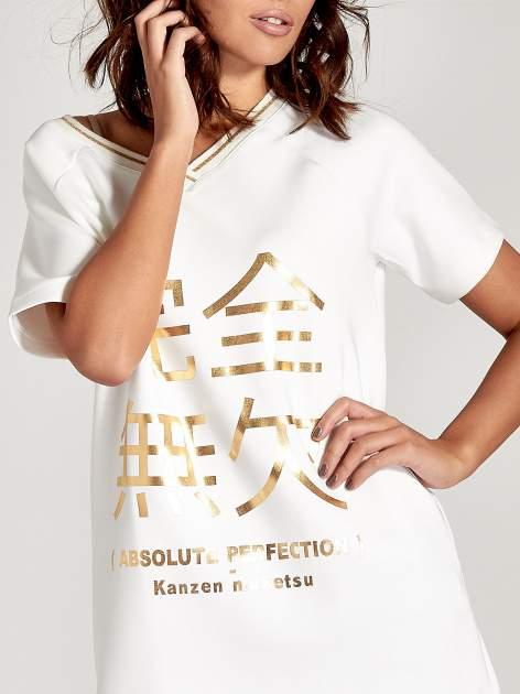 Biała bluza glamour ze złotymi znakami japońskimi                                  zdj.                                  5