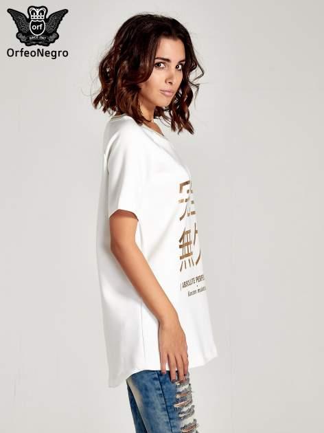 Biała bluza glamour ze złotymi znakami japońskimi                                  zdj.                                  3