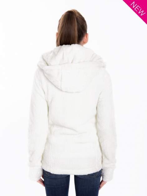 Biała bluza polarowa z kapturem z pomponikami                                  zdj.                                  3