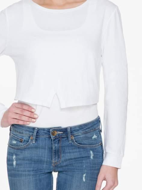 Biała bluzka cropped z nadrukiem na rękawie i plecami cut out                                  zdj.                                  5