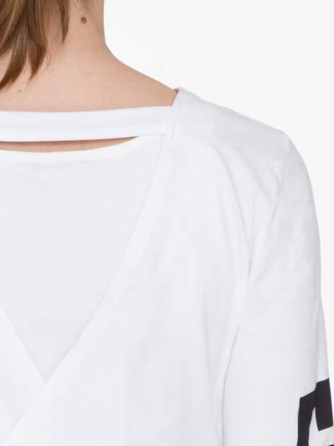 Biała bluzka cropped z nadrukiem na rękawie i plecami cut out                                  zdj.                                  8