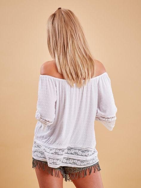 Biała bluzka hiszpanka z koronkowym wykończeniem                              zdj.                              2
