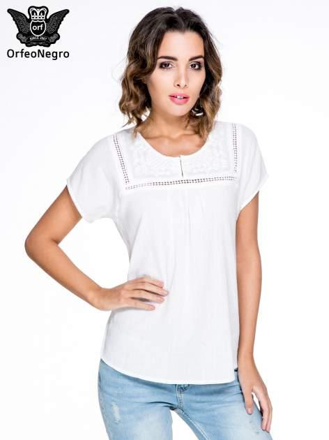 Biała bluzka koszulowa z haftem i ażurowaniem przy dekolcie                                  zdj.                                  1