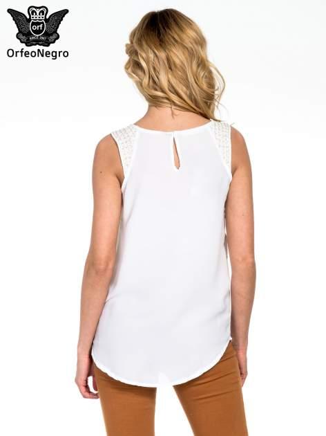 Biała bluzka koszulowa z koralikami przy ramionach                                  zdj.                                  4