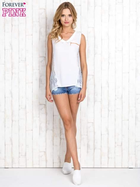 Biała bluzka koszulowa z koronkowymi wstawkami na bokach                                  zdj.                                  2