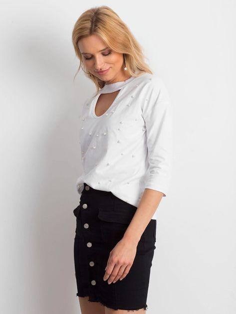 Biała bluzka z chokerem i perełkami                              zdj.                              3