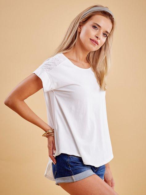 Biała bluzka z guzikami z tyłu                              zdj.                              3