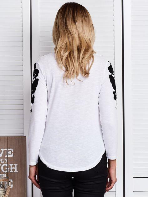 Biała bluzka z haftem na ramionach                              zdj.                              2