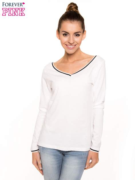 Biała bluzka z kontrastową lamówką