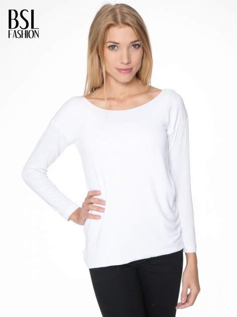 Biała bluzka z kopertowym dekoltem na plecach