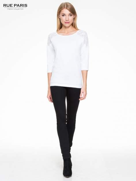 Biała bluzka z koronkową wstawką na ramionach                                  zdj.                                  2