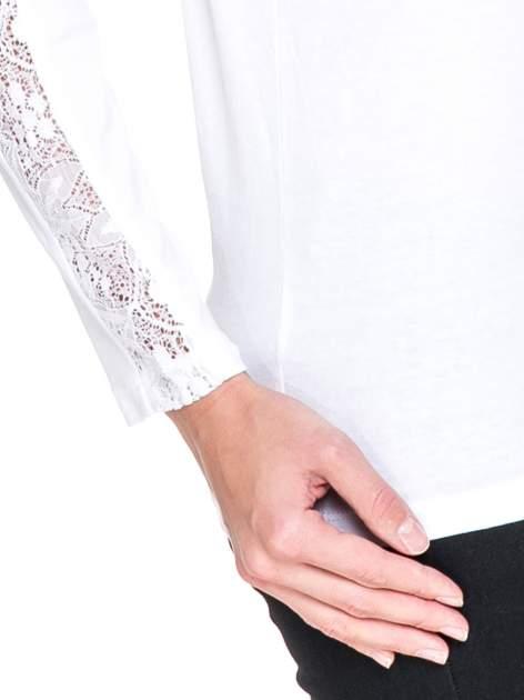 Biała bluzka z koronkową wstawką wzdłuż rękawów                                  zdj.                                  5