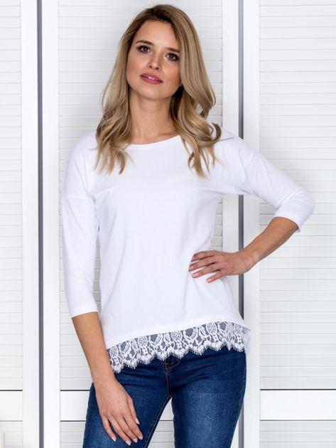 Biała bluzka z koronkowym wykończeniem                              zdj.                              1