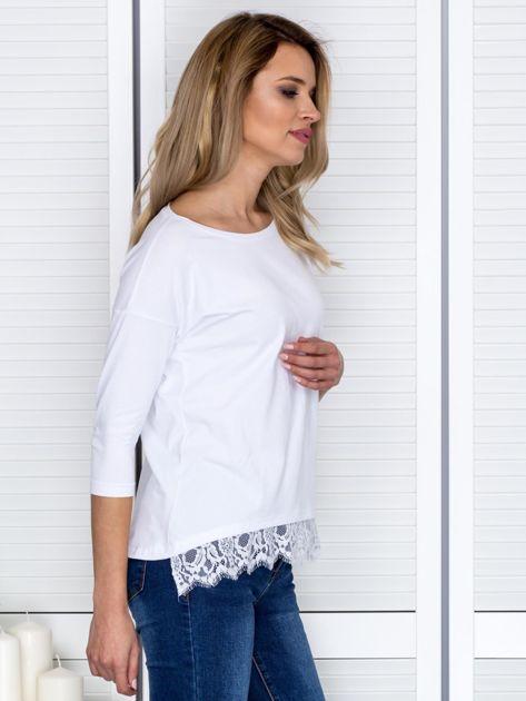 Biała bluzka z koronkowym wykończeniem                              zdj.                              5