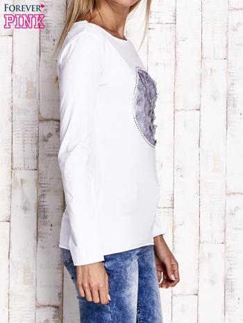 Biała bluzka z kwiatową aplikacją i surowym wykończeniem                                  zdj.                                  3